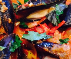 Steamed mussels with red wine and tomato sauce