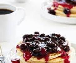"""Rice cakes"" with blueberry sauce."