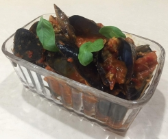 Steamed chilli mussels with tomato sauce