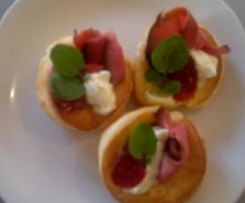 Mini Yorkshire Puds with Rare Roast Beef and Cranberry Sauce (adapted from Delicious)